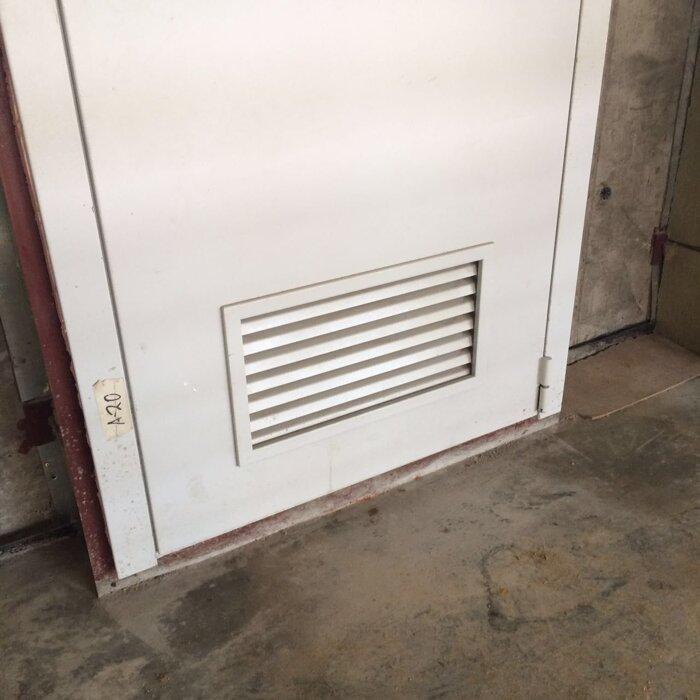 двери с жалюзийными металлическими решетками